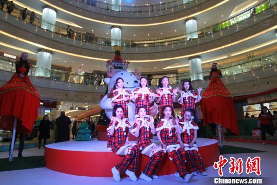 舞者踏乐而出,穿过圣诞树来到台前点燃激情。 张道正 摄